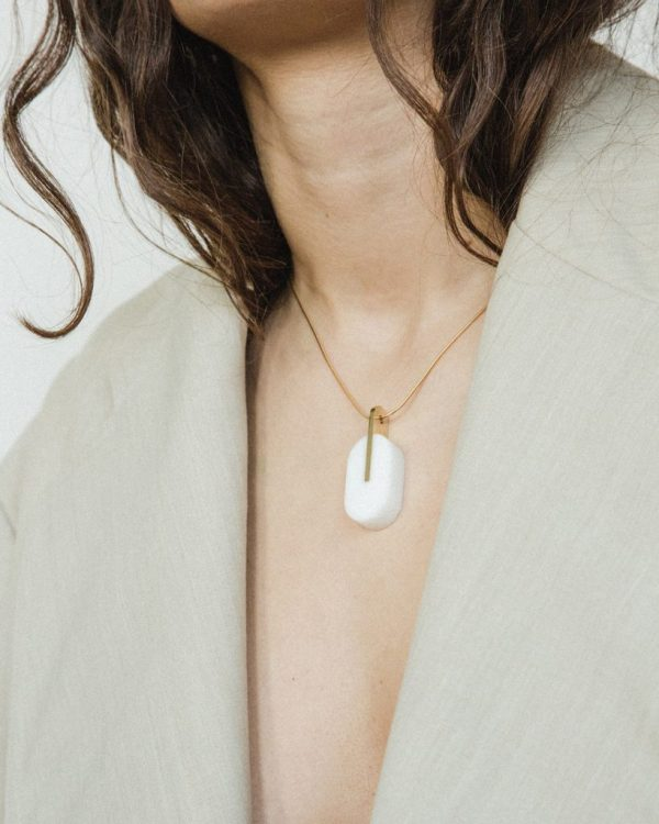 metaformi_design_jewelry_essential_oval_bianco_model