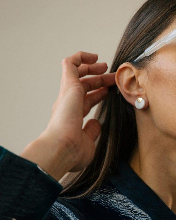 metaformi_design_jewelry_split_pie_earrings_bianco_model_3